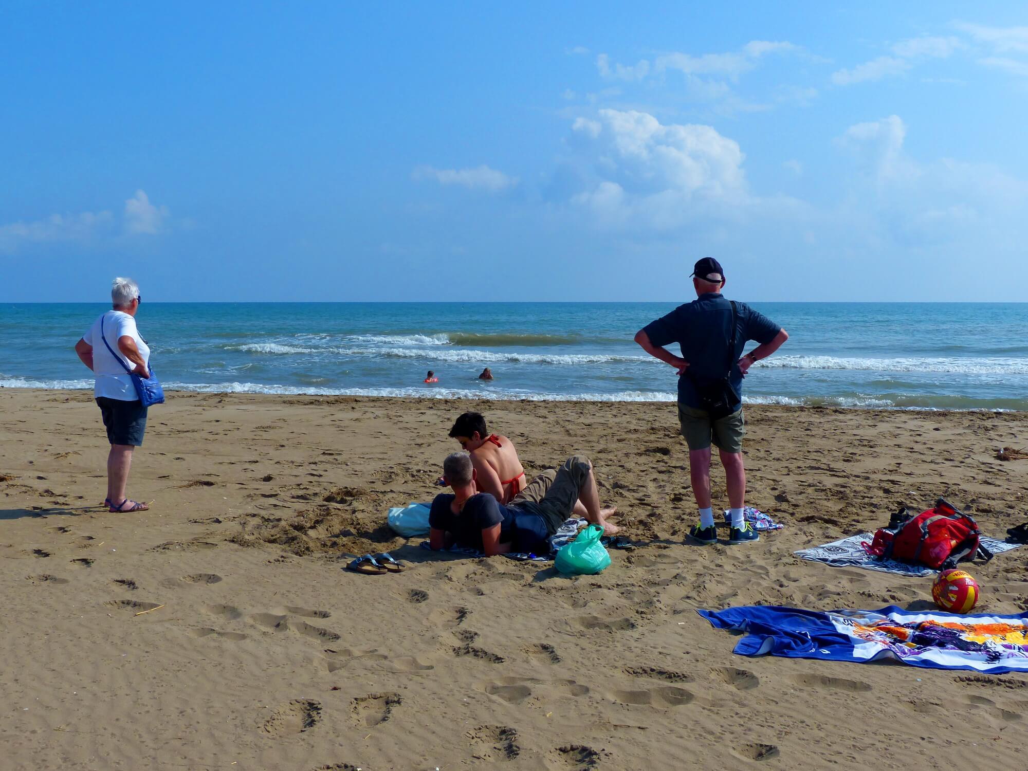 Badespass am Strand mit der ganzen Familie