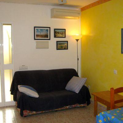 Wohnzimmer Erdgeschoss Ferienhaus Casa Viva mit Blick auf Sitzecke und Haustüre