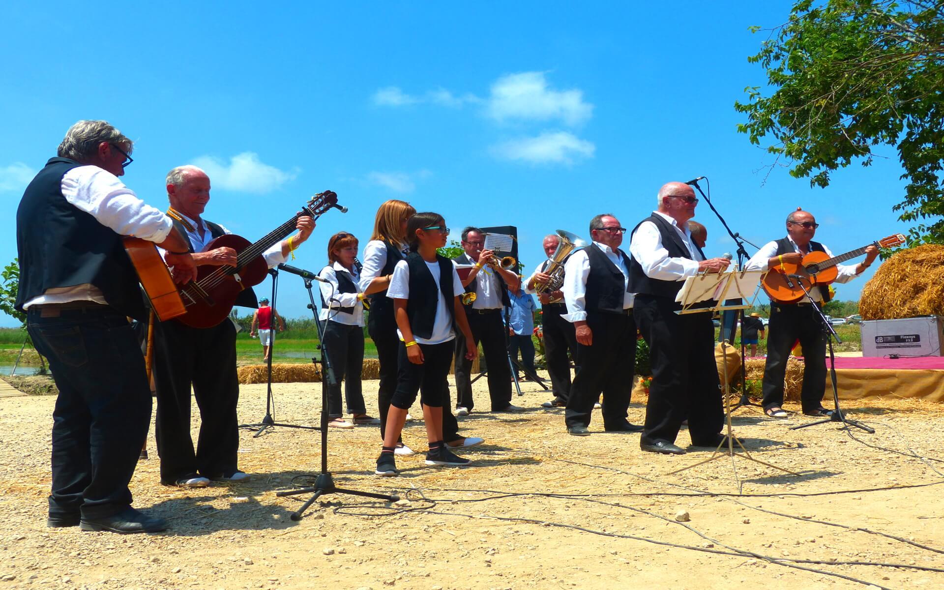 Lokale Musikgruppe beim Aufspielen traditioneller Lieder